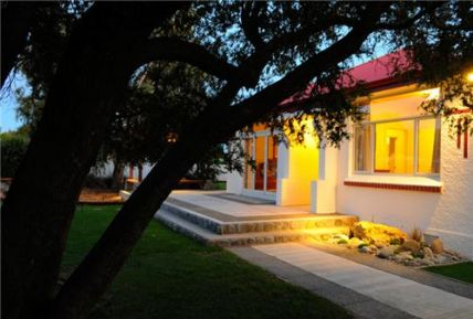 Oreti River House is perfectly located near to superb fly fishing, magnificent scenery and close to