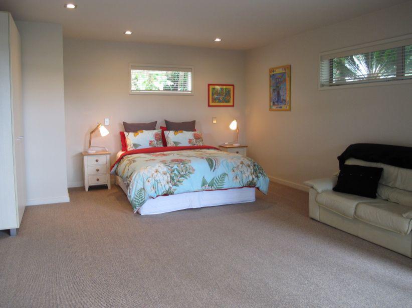 Lovely King bed & linen